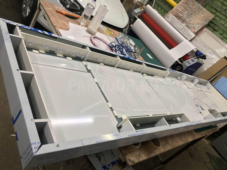 Конструкция вывески — бескаркасная кассета из композитного алюминия с трафаретной фрезеровкой букв и внутренней светодиодной подсветкой символов напросвет