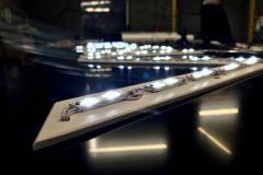 Вывеска представляет собой бескаркасную кассету из чёрного композитного алюминия, на которой размещены световые объемные буквы