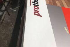 Каркас рекламной конструкции из ЛДСП оклеен пленками в фирменных цветах бренда