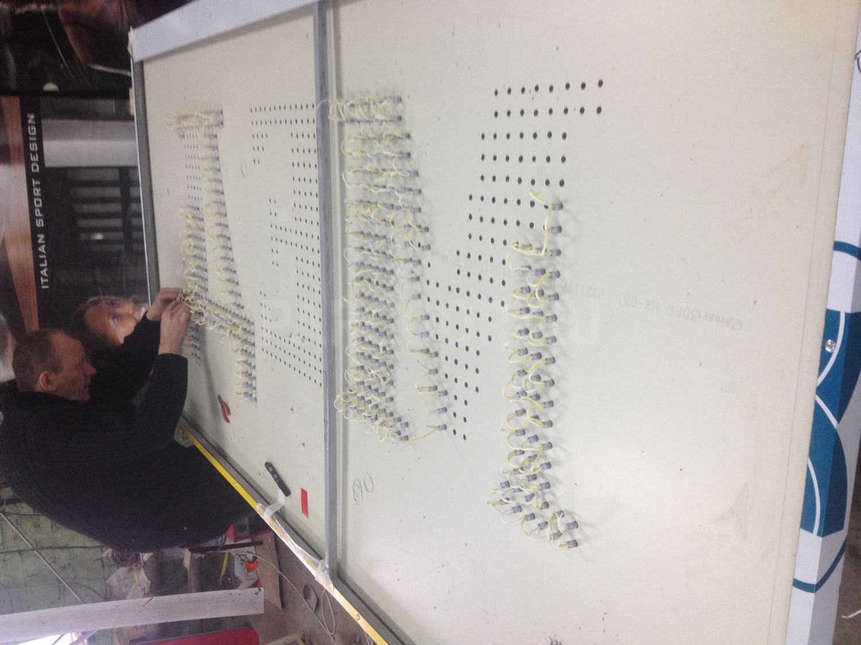 Вывеска с открытой пиксельной подсветкой букв с полной заливкой Мёд на Заводская