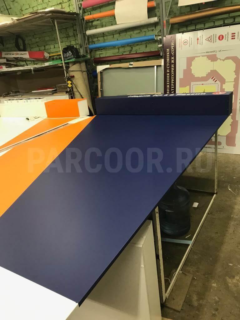 Рекламная конструкция представляет собой каркас из ЛДСП, оклееный пленками в фирменные цвета бренда