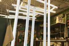 Сложная световая инсталляция из 14 подвесных линейных светильников с углом сечения 360 градусов для оформления витрины