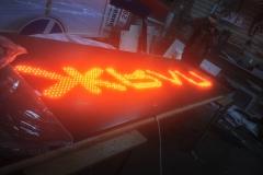 Вывеска с открытой пиксельной подсветкой букв с полной заливкой