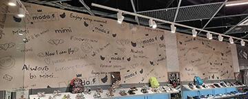 Оформление стены магазина MIMIMODA